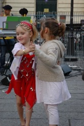 girls dancing paris