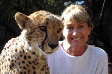 Jan_Leeming_and_a_3_yr_old_cheetah_12s2004
